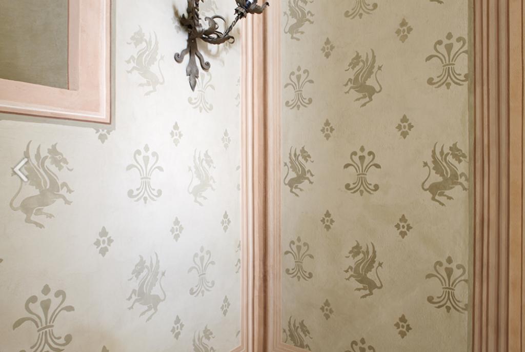 Particolare scalone decorazione finta tappezzeria